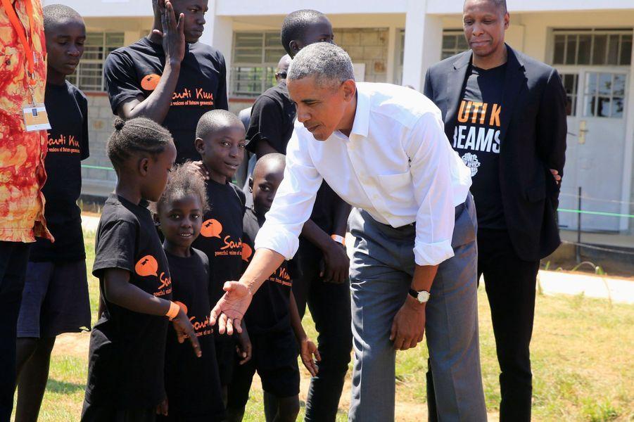 L'ancien président des Etats-Unis Barack Obama effectuait son premier voyage dans le pays d'origine de son père, le Kenya depuis 2015. Il a pu se rendre dans le village de Kogelo, où son père est né et est enterré.