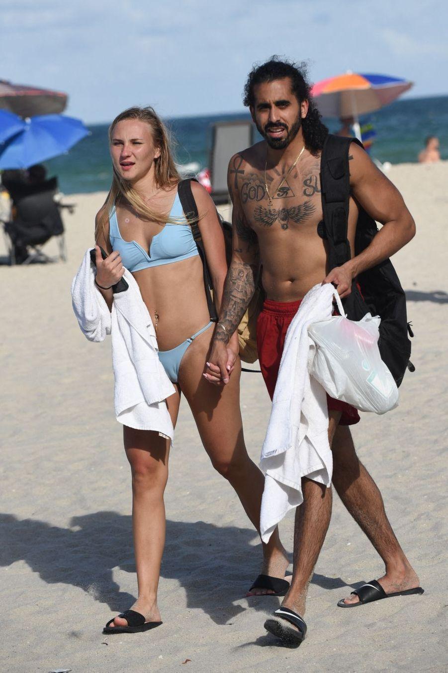 Un couple sur la plage en pleine épidémie de coronavirus.