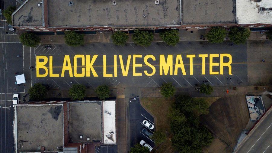 """Le slogan """"Black Lives Matter"""" à Tulsa (Oklahoma) a été peint pour commémorer la fin de l'esclavage au Texas en 1865."""