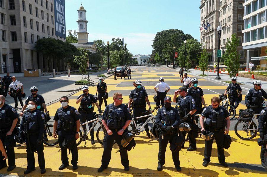 Des policiers empêchent l'accès au slogan lors d'une manifestation contre les inégalités raciales à Washington le 23 juin dernier.
