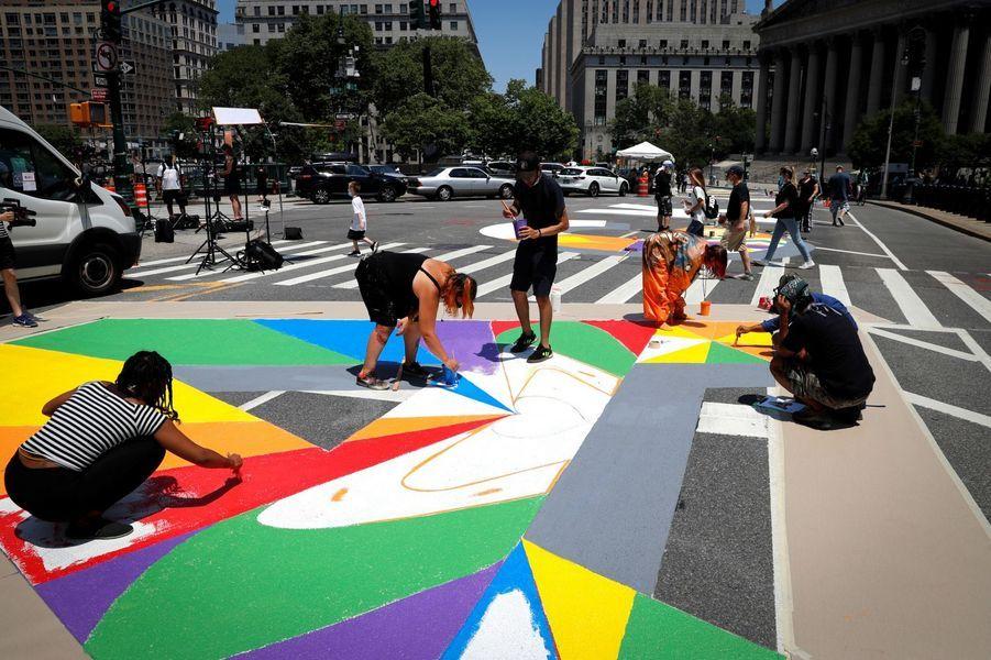 À New York toujours, le slogan est peint de toutes les couleurs au sud de Manhattan.