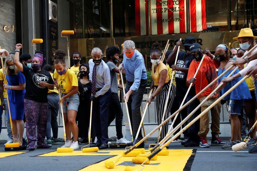 Le maire de New York, Bill de Blasio, est venu donner les derniers coups de pinceau à la peinture de la 5e avenue, le 9 juillet.