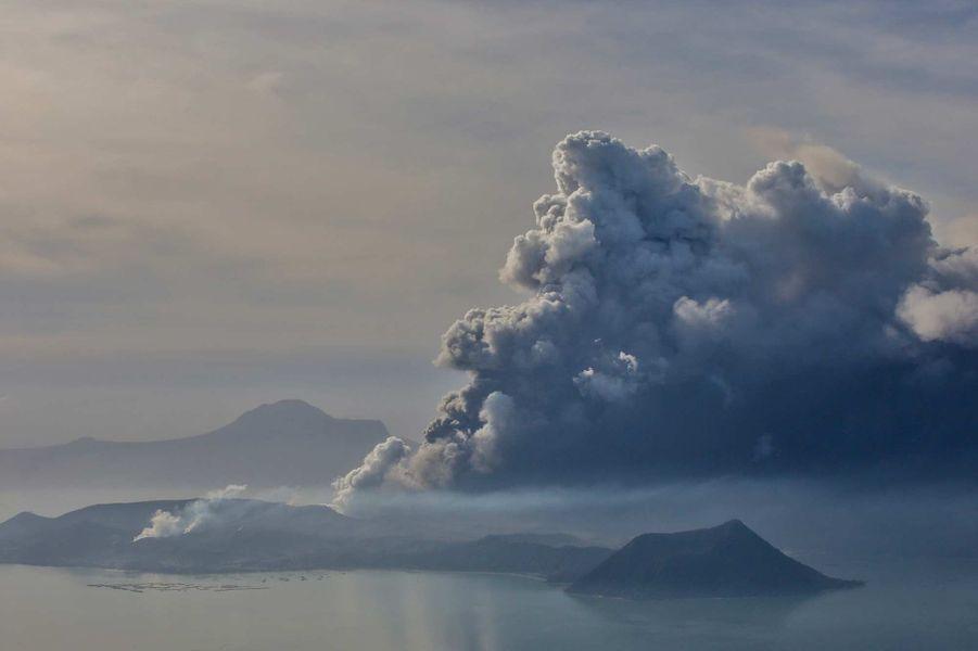 """Aux Philippines, la crainte d'une éruption """"explosive"""" du volcan Taal, le 13 janvier 2020."""