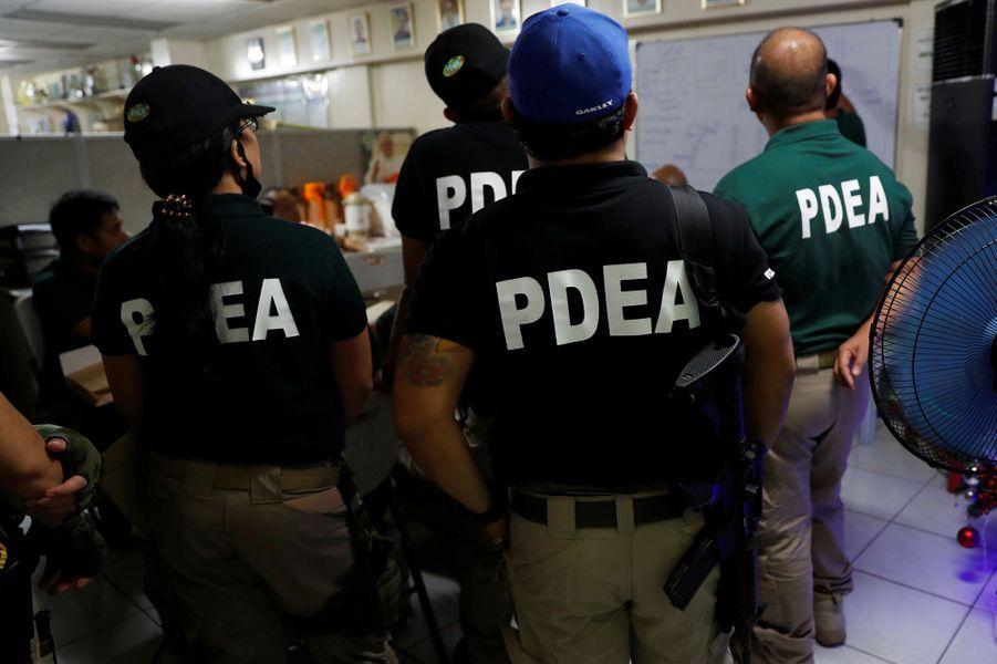 L'Agence philippine anti-drogue est envoyée sur le terrain, en complément de la police, à nouveau impliquée dans la lutte contre la drogue après en avoir été écartée pour cause de bavures.