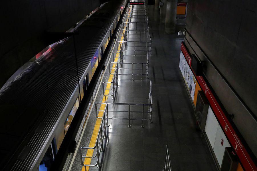 Une station de métro àSao Paulo (Brésil), le 24 mars.