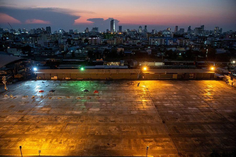 Le marché de nuit de la gare de Bangkok (Thaïlande), le 1er avril.