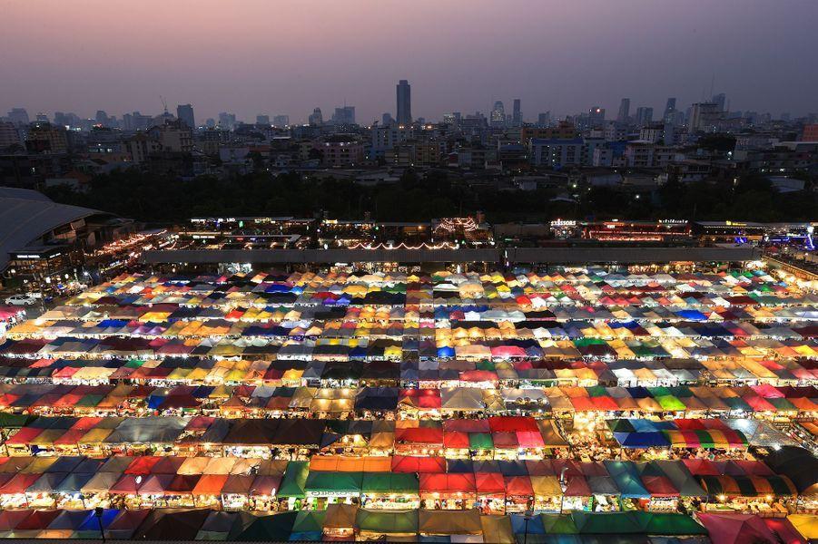 Le marché de nuit de la gare de Bangkok (Thaïlande), le 8 février 2018.