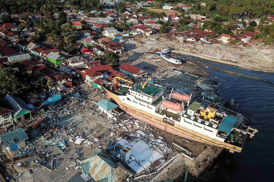 La catastrophe qui a frappé vendredila localité de Palu, où vivent 350.000 habitants sur la côte occidentale des Célèbes, a aussi fait 61.867 déplacés.