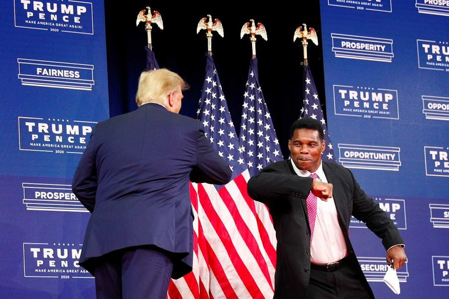 Donald Trump salue l'ancien joueur de football américain Herschel Walker à Atlanta, en Géorgie, le 25 septembre 2020.