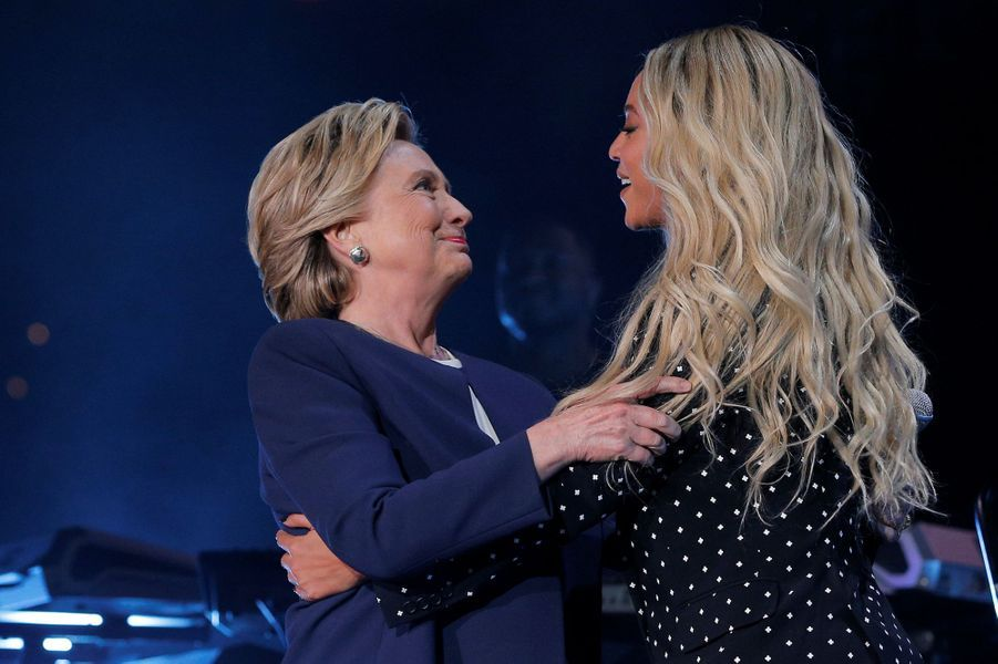 Hillary Clinton et Beyoncé sur la scène de Cleveland, le vendredi 4 novembre 2016.