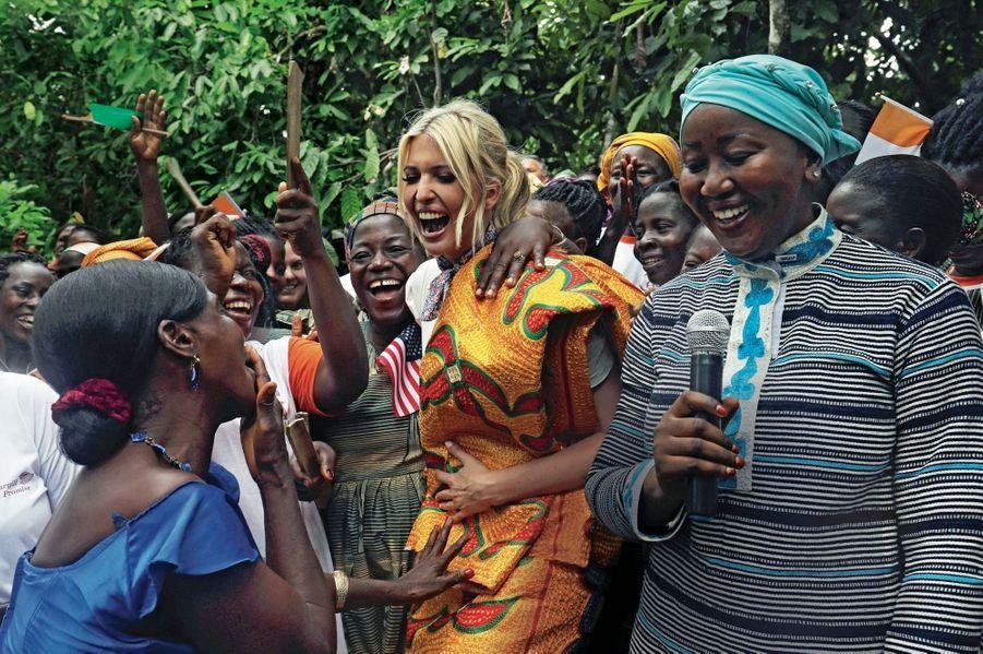 Dans une plantation de cacao au nord d'Abidjan, Ivanka Trump annonce une aide de 2millions de dollars pour soutenir les femmes qui veulent créer leur entreprise.