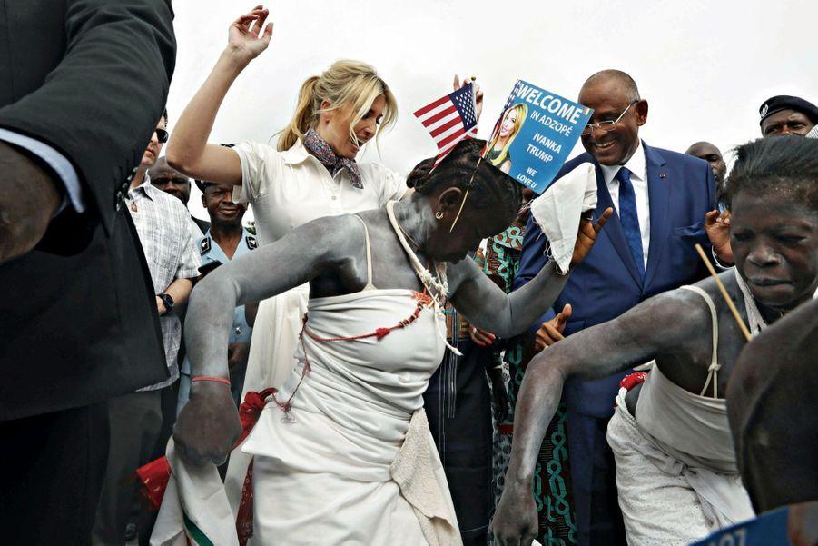 Premier entrechat en Côte d'Ivoire, le 17 avril, où Ivanka est accueillie par des membres du gouvernement et des danseuses traditionnelles.