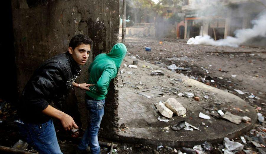 Dans les artères à proximité de la place Tahrir, les manifestants jouent au chat et à la souris avec les forces de police.