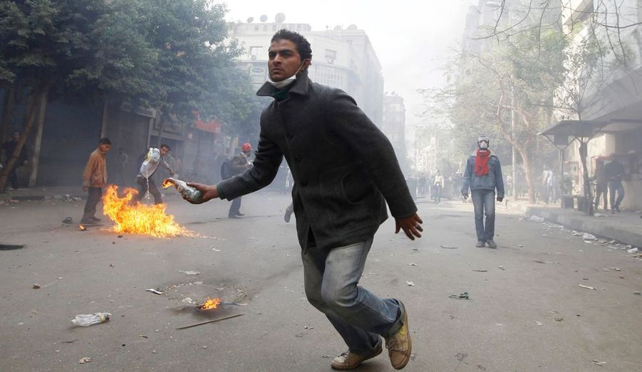 Un jeune manifestant lance un cocktail molotov.