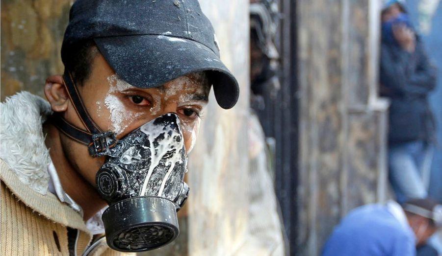 Les autorités égyptiennes répliquent en faisant usage de gaz lacrymogène.
