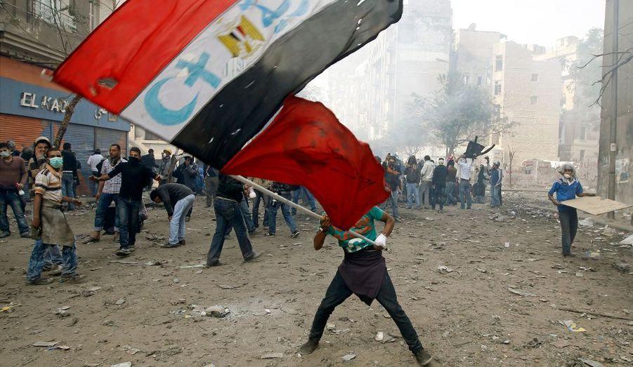 """Malgré la tenue d'élection présidentielle en juin prochain, les manifestants ne croient pas au discours des militaires. Le slogan """"Dégage,dégage"""" a été repris à l'unisson."""