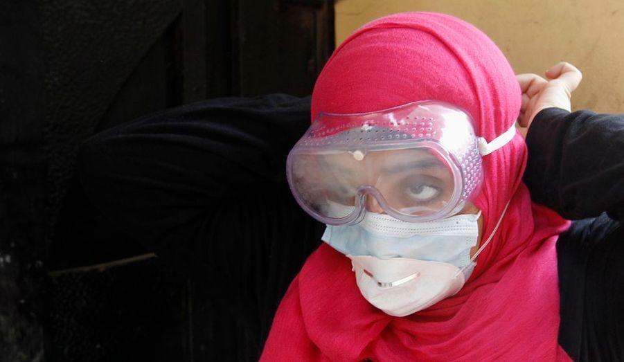 Une jeune femme se protège le visage.
