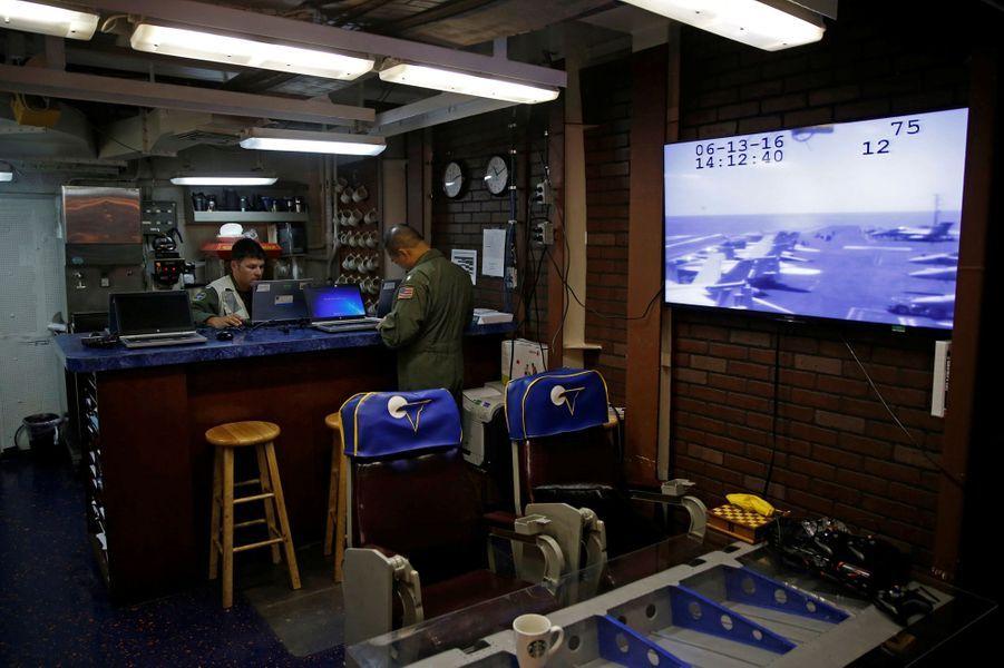 Avec les Marines à bord de l'USS Harry S. Truman