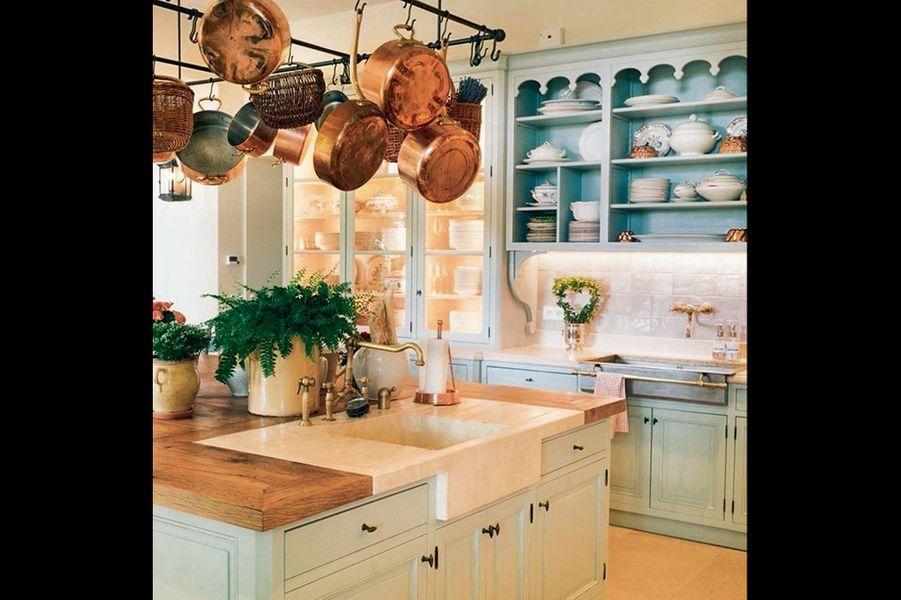 Casseroles en cuivre et vaisseliers aux couleurs pastel. Les chefs sont américains, mais le décor et la gastronomie sont provençaux.