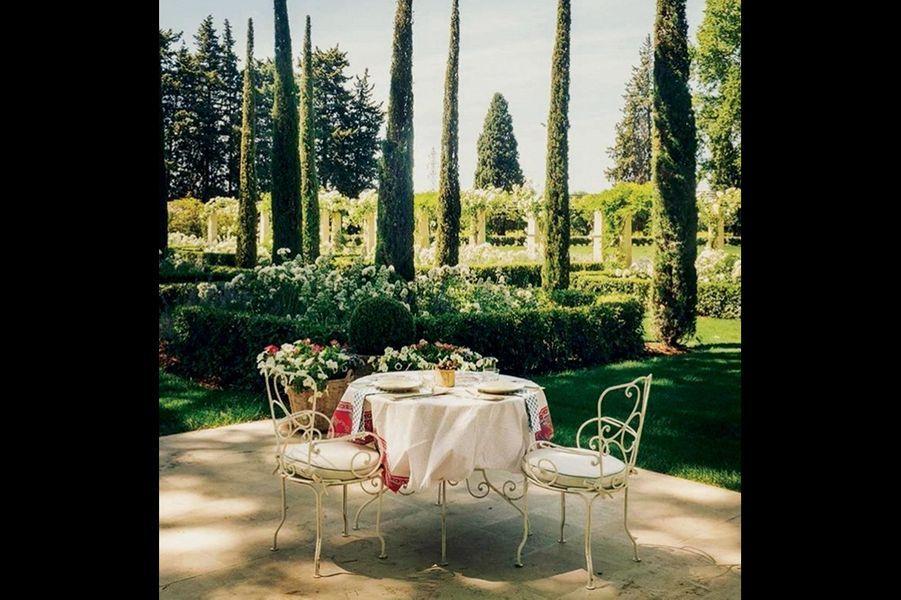 La table pour amoureux, à l'ombre des cyprès. Mais la salle à manger peut accueillir des dîners de vingt personnes