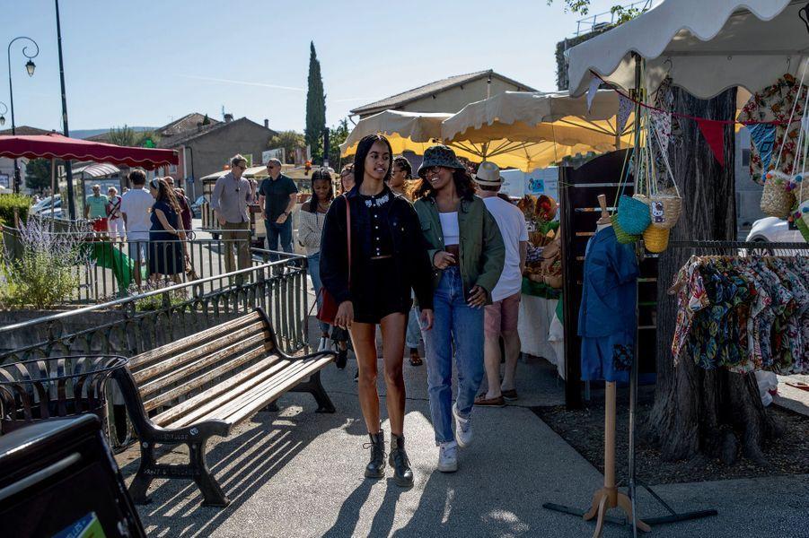 Sasha et Malia, presque incognito au marché de L'Isle-sur-la-Sorgue, le 16 juin.