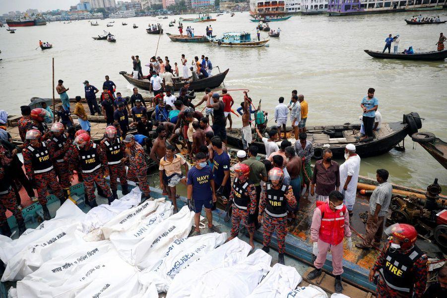 Après le naufrage du ferry, les cadavres sont conservés dans des sacs mortuaires.