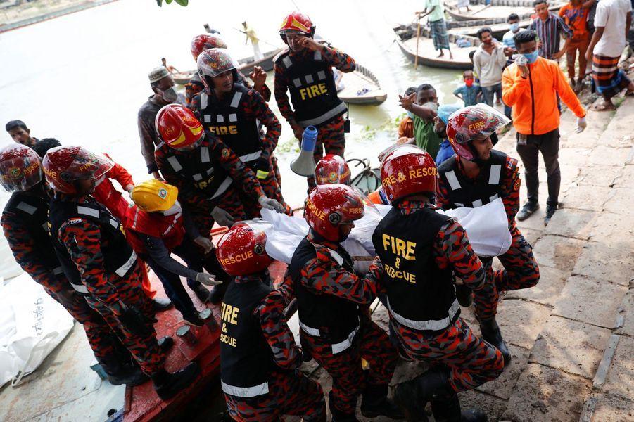 Les sauveteurs transportent les corps.