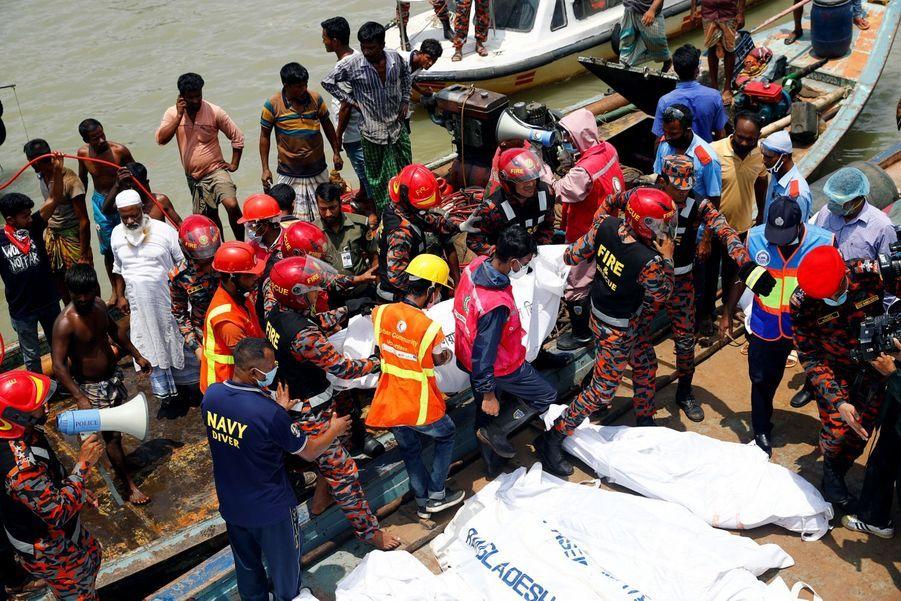 Un corps est transporté par les secours dans un sac mortuaire.