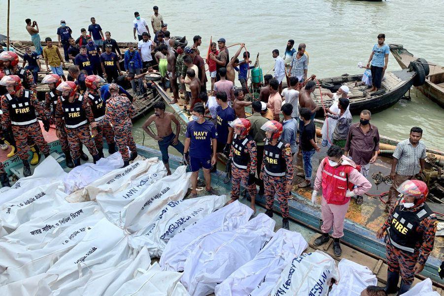 Les accidents de ce type sont malheureusement fréquents au Bangladesh où les embarcations ne respectent souvent pas les normes de sécurité.