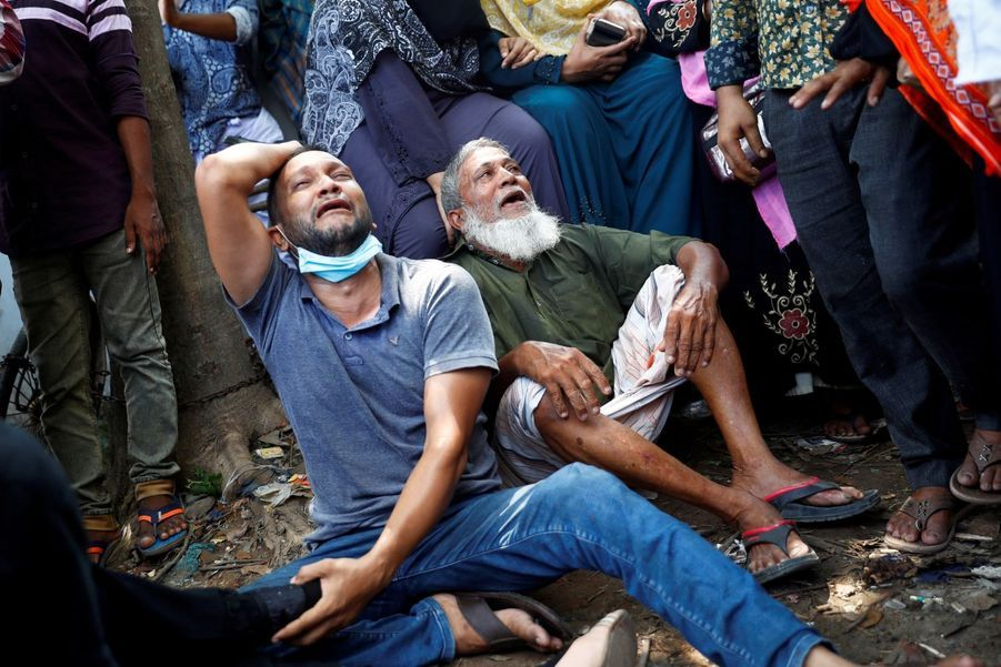 Les proches des victimes pleurent les disparus après le naufrage d'un ferry à Dacca, au Bangladesh.