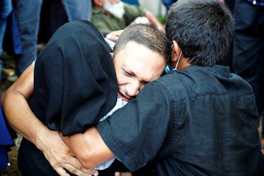 Les proches des victimes pleurent les disparus.