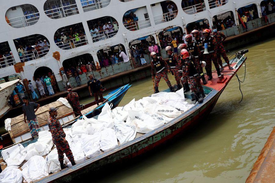Les secours ont rempli un bateau des cadavres des 32 naufragés dont les corps ont pu être repêchés.