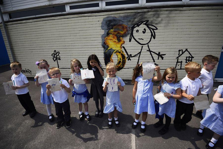 Bansky signe une nouvelle œuvre dans une école à Bristol.
