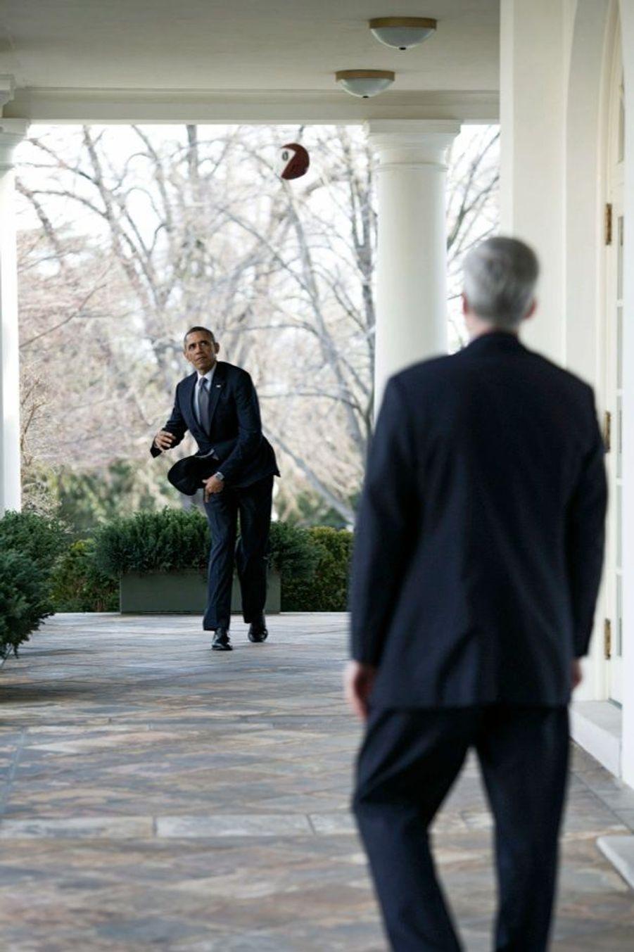 Partie de ballon avec Denis McDonough, son chef de cabinet, à la Maison-Blanche, en mars 2013.