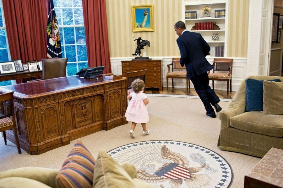 « Attrape-moi si tu peux » : dans le bureau Ovale avec Sarah, la fille d'un proche collaborateur, en juillet 2012.