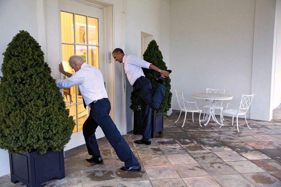 Stretching avec Joe Biden, son vice-président, pour « Let's Move ! », le programme de Michelle contre l'obésité, en février 2014.