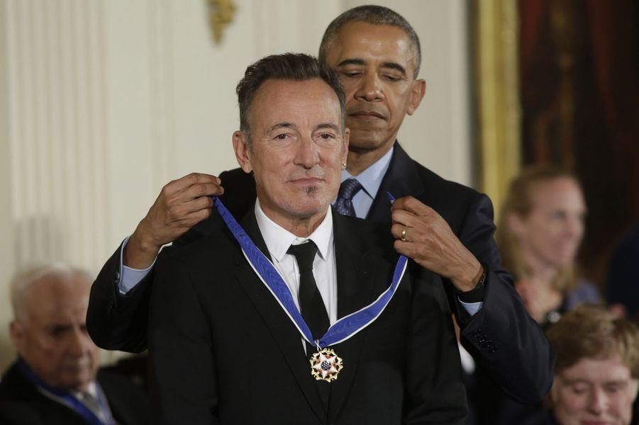 Barack Obama remet à Bruce Springsteen la médaille présidentielle de la Liberté.