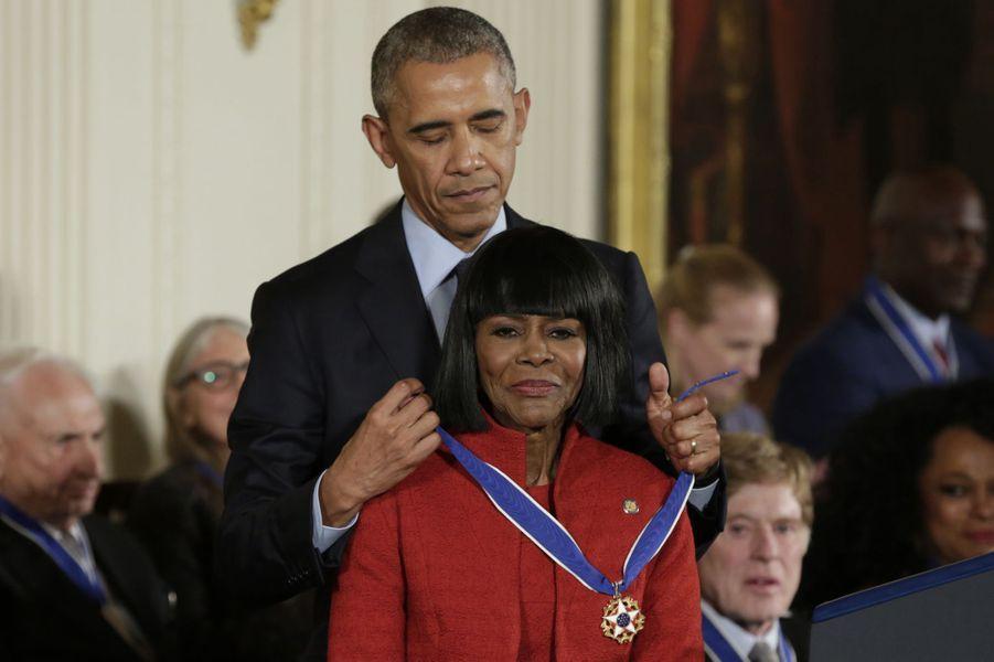 Barack Obama remet à Cicely Tyson la médaille présidentielle de la Liberté.