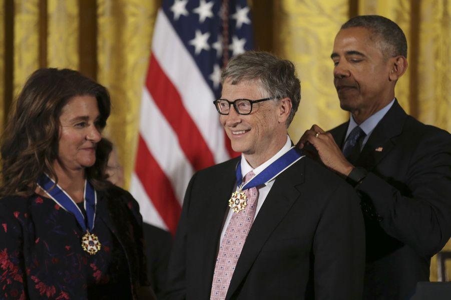 Barack Obama remet à Bill Gates la médaille présidentielle de la Liberté.