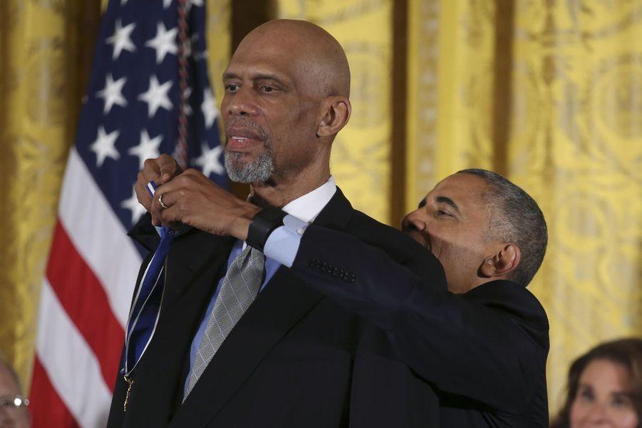 Barack Obama remet à Kareem Abdul-Jabbar la médaille présidentielle de la Liberté.