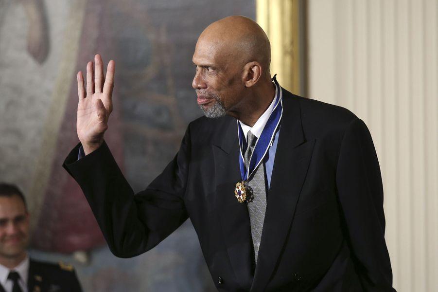 Kareem Abdul-Jabbar après avoir reçu la médaille présidentielle de la Liberté.