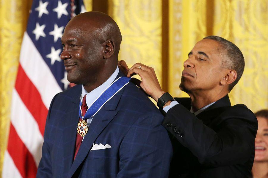 Barack Obama remet à Michael Jordan la médaille présidentielle de la Liberté.