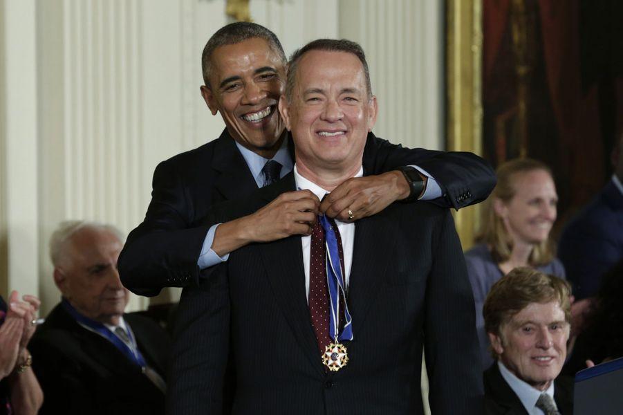 Barack Obama remet à Tom Hanks la médaille présidentielle de la Liberté.