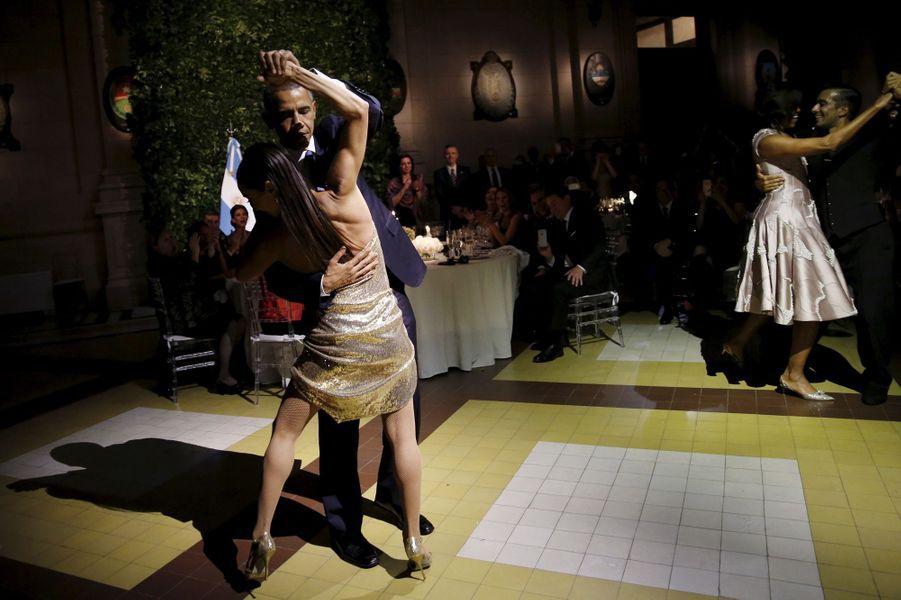 Barack Obama danse le tango lors d'un dîner d'Etat à Buenos Aires, en Argentine, le 23 mars 2016
