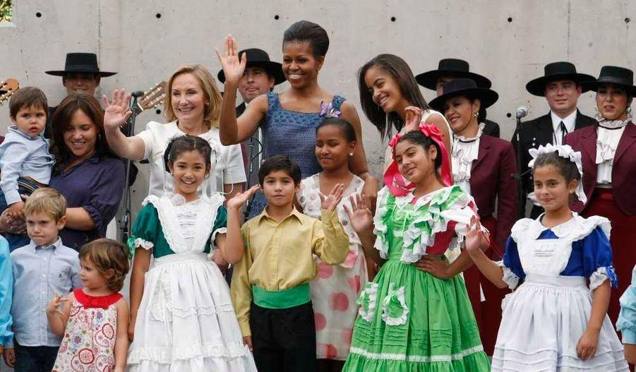 Photo avec des danseurs folkloriques lors d'une visite au Musée Interactif Mirador à Santiago.