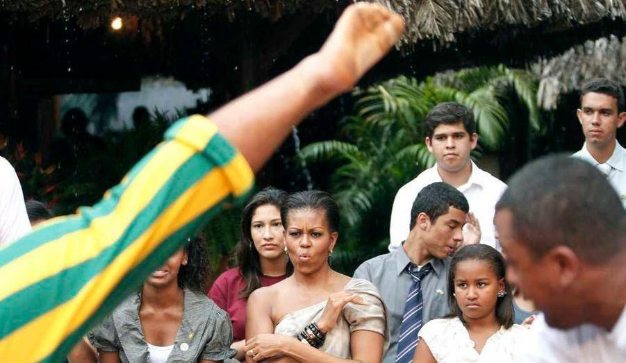 à une démonstration de capoeira, art martial brésilien traditionnel transformé en danse, au cours d'un spectacle culturel avec de jeunes Brésiliens qui ont participé à une série de programmes de développement parrainés par les États-Unis.