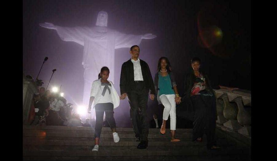 Les Obama devant la statue du Christ Rédempteur sur le mon Corcovado de Rio de Janeiro.