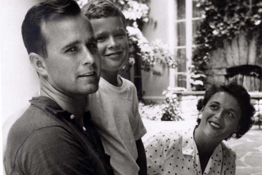 George H. W., Barbara et leur fils George, en 1955.
