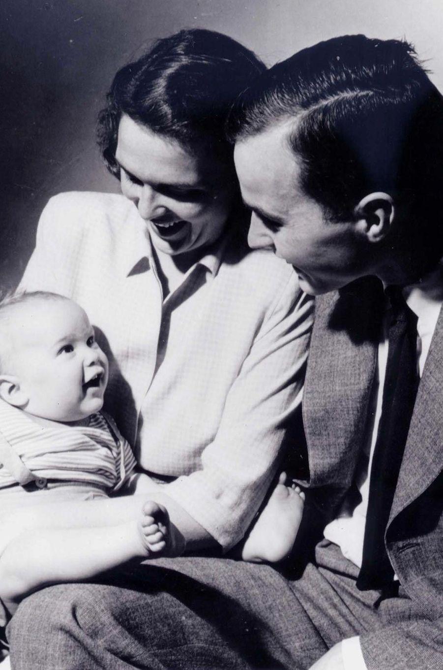 George H. W., Barbara et leur fils George, en avril 1947.
