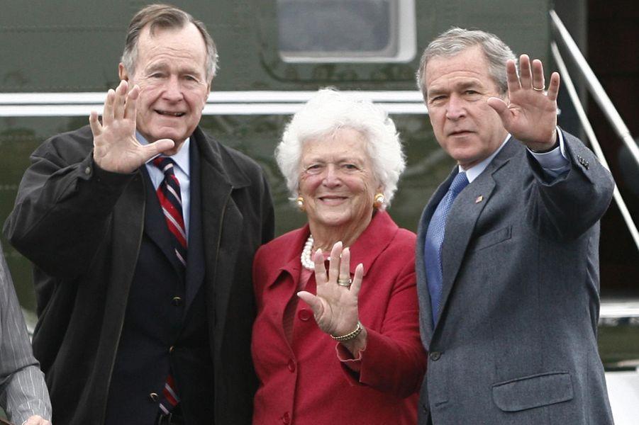 George H. W. Bush, Barbara et leur fils George, en avril 2007.